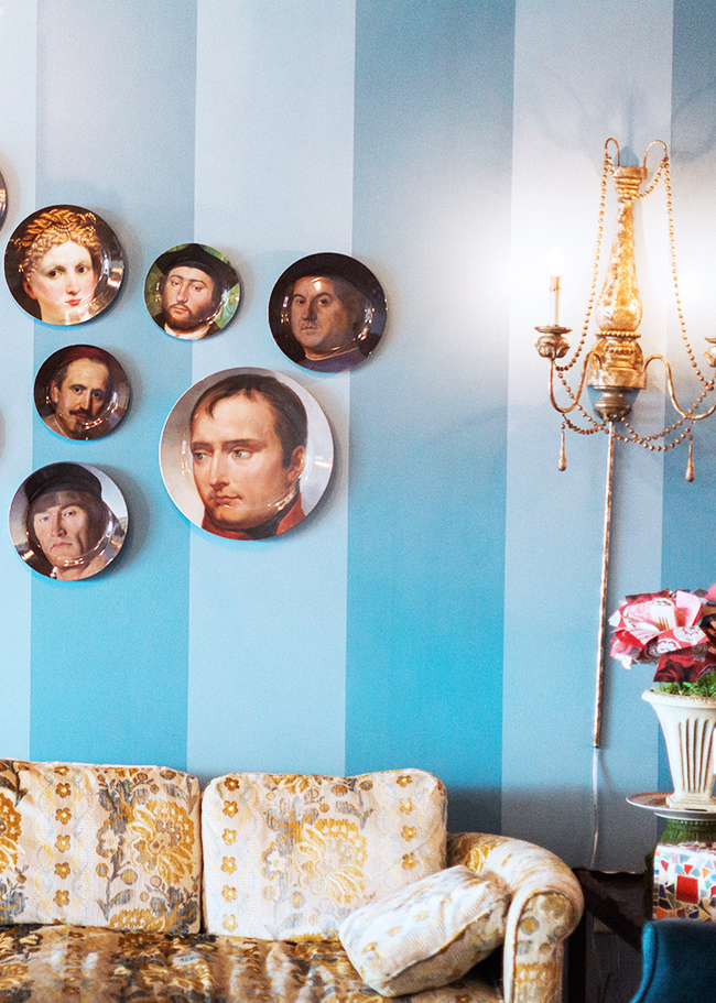 Plate wall & Vintage couch
