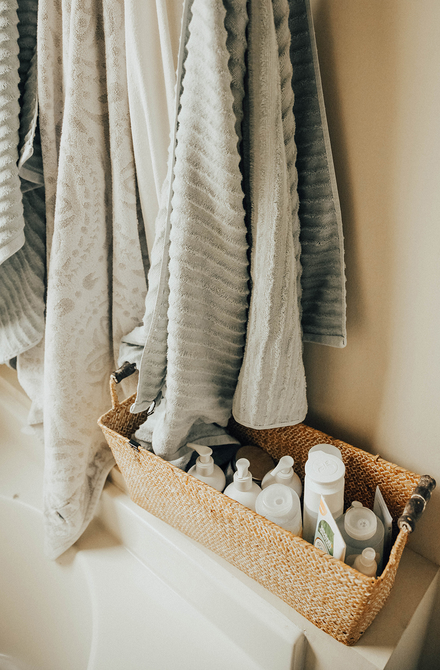bathtub basket - bathroom organization - IHOD | In Honor Of Design
